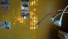 L't, l't s'en va... (Robert Saucier) Tags: montral montreal qubec intrieur interior photos lampe ombres shadows jaune yellow livres books mur wall img0478