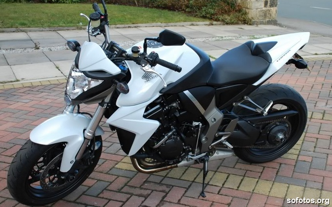 Honda CB 1000R Branca com roda preta