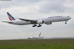 CDG Spotting Air France Boeing B777-328ER F-GZNI (2) (AlainG) Tags: plane avion cdg charledegaulle airport aeroport spotting boeingb777 airfrance landing atterrissage 27r fgzni canon5dmarkiii liner aviation b777300er iledefrance france