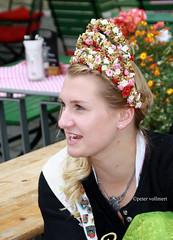 09-IMG_3136 - Kopie (hemingwayfoto) Tags: abensberg brgerfest bayern dekoriert frau knigin kette kleidung krone lcheln landkreiskelheim niederbayern schmuck tracht tradition
