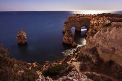 Praia da Marinha bajo la luz de la luna. (TeoPimienta) Tags: praia marinha algarve nocturna luna playa