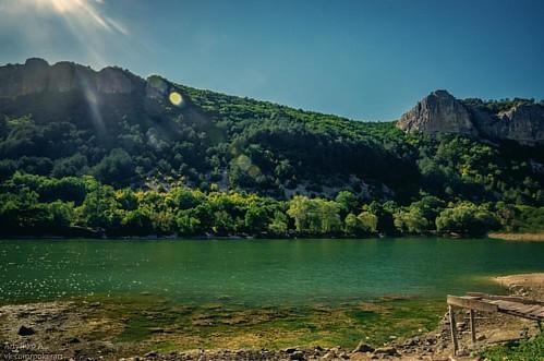 Горное озеро близ Мангуп-кале.  #крым #озеро #горы #лето #жара #отдых #природа #sonyphoto #crimea #lake #sky #summer #nature #nationalgeographic #natgeo #tourism #sun #mountains #noperson