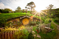 Home to adventures (*rainbowgirl*) Tags: travel newzealand sun green grass fairytale adventure flare thehobbit hobbiton vintri heimsreisa hobbitinn hobbtn