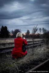 Bilderjagd / Hunting for pictures (Burgerspace) Tags: sky people clouds dark photography evening abend photo track foto fotografie gloomy himmel wolken railway menschen dunkel eisenbahnschiene schienen