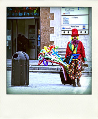 (giuvine eroA) Tags: street balloons polaroid artist clown genova zena ge lupin palloncini scarpin lpin pinocchi poladroid volpin lethlpinballplayer giuvineeroa puzzett