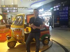 Chris devant un tuk-tuk indien