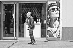 Voy a matarlo (Olga Perdiguero Garca) Tags: street espaa sevilla spain streetphotography seville andalucia streetphoto andalusia callejero callejera