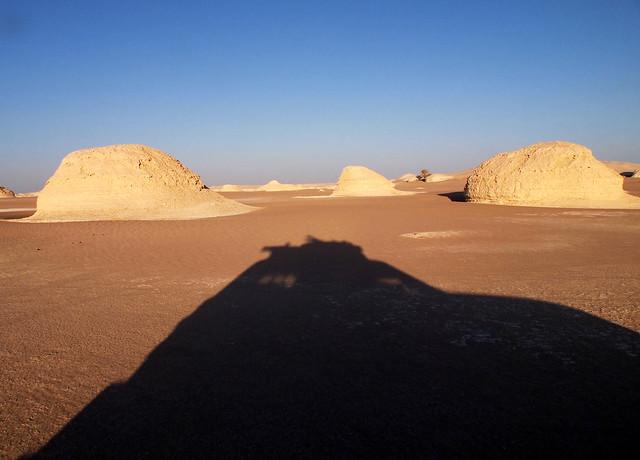 <p>白砂漠を行く四駆。</p>