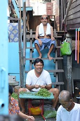 a family at work (the foreign photographer - ) Tags: family vegetables stairs turkey thailand berry stair bangkok working scene case khlong bangkhen thanon