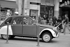 La 2cv (CCybo) Tags: auto blackandwhite bw white black byn blancoynegro blanco monochrome car nikon automobile noir grandplace noiretblanc negro citron voiture nb 2cv lille blanc nord monochroma rijsel negroyblanco nyb incoloro monochromie scharwz d3100 nikond3100
