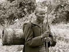Ethiopian beekeeper (davidevarenni) Tags: etiopia ethiopian honey miele apicultore