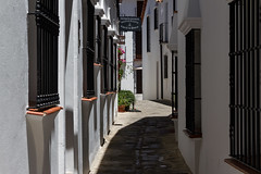 SOL Y SOMBRA (bacasr) Tags: grazalema cdiz andaluca espaa spain pueblos villages pueblosblancos whitevillages architecture arquitectura traditionalarchitecture arquitecturatradicional callejn calle lane alley ventanas windows estrecho narrow viajando travelling