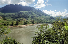Laos : landscape, Nam Bak #7 (foto_morgana) Tags: analogphotography analogefotografie asia indochina landscape laos mountainous nambak nikoncoolscan outdoor panoramic photographieanalogue river scenic travelexperience vuescan water