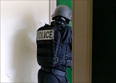 Ouverture de porte (stef974run) Tags: cdi policier menottes bommert perquisition interpellation g36 policenationale gipn interpell fipn