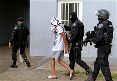 Dpart commissariat (stef974run) Tags: cdi policier menottes bommert perquisition interpellation g36 policenationale gipn interpell fipn