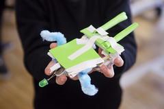 Grote bristlebot met verlichting (Waag | technology & society) Tags: amsterdam kids robots workshop waag electra technologie knutselen plakken nieuwsgierig maken knippen creatief techniek waagsociety fablab solderen bristlebots fabschool fabschoolkids