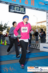 Finish-1019 (PhotoWolfe.com) Tags: liberty diploma dash alumni 5k association mutual utsa 2050 2013 libertymutual photowolfe