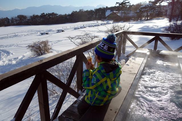 雪の中で清泉寮のソフトクリーム