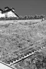 Vue imprenable sur le littoral (Bluefab) Tags: maison hauteur escalier gomtrie herbe