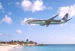 285cq - Sun Country Boeing 737-800; PH-HZV@SXM;07.03.2004 (Aero Icarus) Tags: avion plane aircraft flugzeug slidescan princessjulianainternationalairport saintmartin sintmaarten sxm