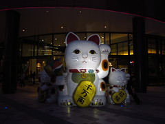 Maneki-neko (Ryo.T) Tags: thailand bangkok luckycat   welcomingcat