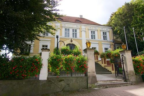Frontowa elewacja pałacu w Otmuchowie