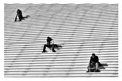 trio (nadou6 (nadge gascon)) Tags: street bw paris noiretblanc x10 photoderue blackwhitephotos photographiederue streetphotographie fujix10
