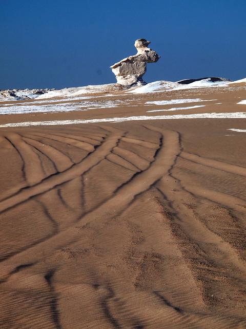 <p>白砂漠のウサギ岩。 <br/>風ににじんだ轍の跡は、何日前のものだろう?</p>