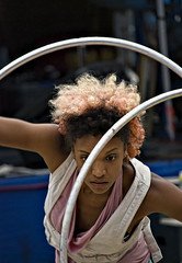 Michele Clark hula hoop dancing (cp991) Tags: hoopla woman festival nikon dancing hulahoops australia dancer rings streetperformer acrobat performanceart dyedhair uki communityevent colouredhair femaledancer micheleclark cameronpitcherphotography cp991 ukitopiafestival