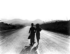 Charlie Chaplin et Paulette Goddard (Charlie Chaplin: du muet au parlant) Tags: film 1936 charlot cinma charliechaplin paulettegoddard photofilm tempsmodernes filmmuet scnefinale dvdclassik