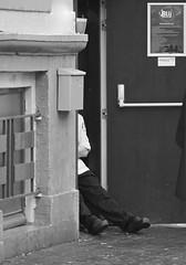 Cook stretching his legs (andzwe) Tags: door coffee restaurant legs cook rest pause timeout stretching zwolle grotemarkt backdoor koffie blij pauze melkmarkt achterdeur stadscaf stadscafblij