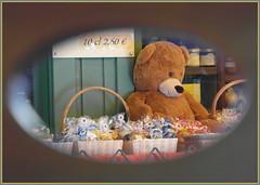 Teddys Durchblick ... es ist so langweilig auf den Wiesen ... (Kindergartenkinder) Tags: mnchen teddy kindergartenkinder outdoor