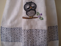 Detalhe da Aplicao Bate Mo (Atelier Mimos da Fau) Tags: coruja toalha copa cozinha botes bordadoamo batemo