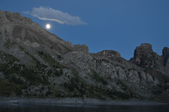 Heure bleue sur le lac d'Allos (loutraje) Tags: lune clairdelune lac allos nuit heurebleue montagne alpes jesuisvenuevousdire