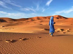 Alone (yanitzatorres) Tags: maana amanecer dunas nubes andar sandalias chilaba pauelo turbante azul frica saharaui sahara desierto arena pisadas huellas caminar soledad solitario solitary solo joven hombre tuareg marruecos marroquies morocco