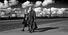 """Street photo on the bridge"" Modern neorealism in Dresden (pigianca) Tags: bridge people blackandwhite monochrome germany dresden couple gente ponte streetphoto biancoenero germania coppia candidportrait dresda monocromatico fujix100"