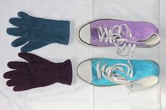 Två Omaka Par (auzgos) Tags: skor lila converse petrol par vitt färger lakan turkos två vantar skosnören omaka vinröd fotosondag fs130324 omakapar förhänder förfötter