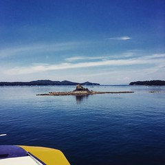 """「前方、小さな岩をご覧ください。以前は松が一本生えておりました。島の名前は松島、別名""""岩下志麻""""と呼ばれておりましたが、松食い虫にやられまして、松が枯れてしまいました。今では、ただの、、岩でございます、、」  よく陽に焼けているおじさんの解説を聞きながら、遊覧船で英虞湾巡り@賢島。ago bay cruise #japan #kashikojima"""