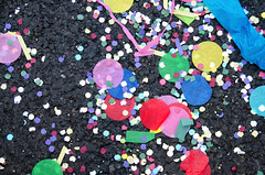 _DSC6441 (adrizufe) Tags: confetti asfalto colores bilbao astenagusia2016 granvia desfileballena fiestas basquecountry bizkaia summer16 verano16 streetphotography urban aplusphoto ngc nikonstunninggallery nikon d7000 adrizufe adrianzubia