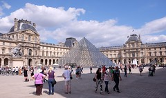 PARIS - LOUVRE (Punxsutawneyphil) Tags: europa europe france francia frankreich paris capital hauptstadt iledefrance french franzsisch architecture architektur gebude building pyramid pyramide louvre museum muse castle schloss royal