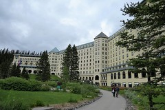 Chateau Lake Louise (Patricia Henschen) Tags: banff banffnationalpark parks parcs canada alberta lakelouise thefairmont chateaulakelouise hotel lake clouds mountains canadian rockies northern rockymountains pathscaminhos lakeshore trail