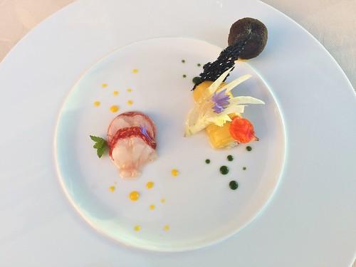Médaillon de homard à l'huile de macadamia, cannelloni de pinces à la mangue et fenouil croquant, cromesquis de bisque à la mélisse