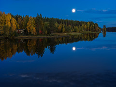 Autumn evening (Fjällkantsbon) Tags: bäcka doroteakommun evamårtensson lappland ormsjön sverige höst seascape september sjö skymning solnedgång vatten västerbottenslän lapland moon autumn evening blue bluehour ancientforest