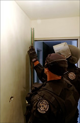 Porte appartement (stef974run) Tags: cdi policier menottes bommert perquisition interpellation g36 policenationale gipn interpell fipn