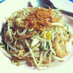 #midnight #meal #padthai #thaifood w/@nickykyo ผัดไทลุกเปี๊ยก ณ แฟลตคลองจั่น