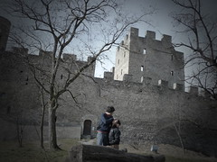 El rostro de la felicidad (chilangoco) Tags: castle love me switzerland couple europa europe suiza pareja amor yo pinhole otoo castillo valais cata