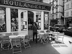 La boulangerie du Faubourg Saint Antoine (Paolo Pizzimenti) Tags: paris film paolo femme olympus dxo zuiko f28 chaise boulangerie homme argentique e5 faubourg doisneau saintantoine 1122mm