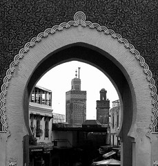 Marokko - Fes, Blick durch das Bab Boujeloud auf das Minarett und die Medina , 6-17/2085 (roba66) Tags: city travel bw sculpture building monument arquitetura architecture reisen cityscape islam urlaub arc skulptur historic explore morocco fez maroc stadt architektur afrika sw portal tor bau faade marokko fes fassade historie voyages bogen geschichte stadttor fs nordafrika kulturdenkmal knigsstadt minarett kingdom morocco roba66 acfrica marokko2012
