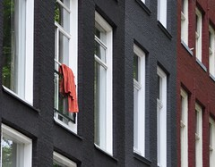 Hanging out (wilma HW61) Tags: windows abstract holland netherlands europa europe outdoor fenster nederland towel finestra ramen holanda paysbas fentre faade fassade handtuch niederlande handdoek gevel serviette frontage facciata pasesbajos asciugamano herhaling paesibassi voorgevel hww nikond90 windowwednesday wilmahw61 wilmawesterhoud