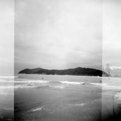 (Guilherme Dearo) Tags: ocean sea brazil sky people sun film sol praia beach water gua brasil analog mar blackwhite analgica pessoas frias cu filme vacations oceano 120mm pretobranco barradouna